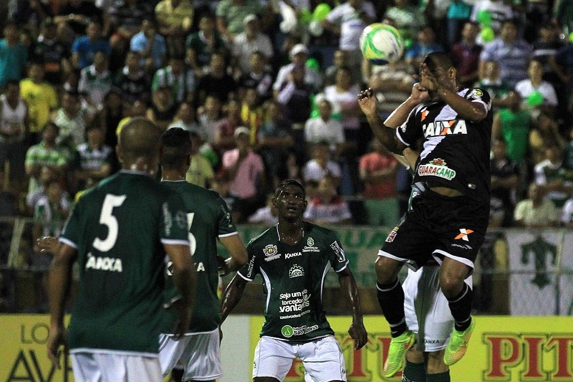 Rodrigo sobe mais alto que a zaga do Icasa para abrir o placar para o Vasco