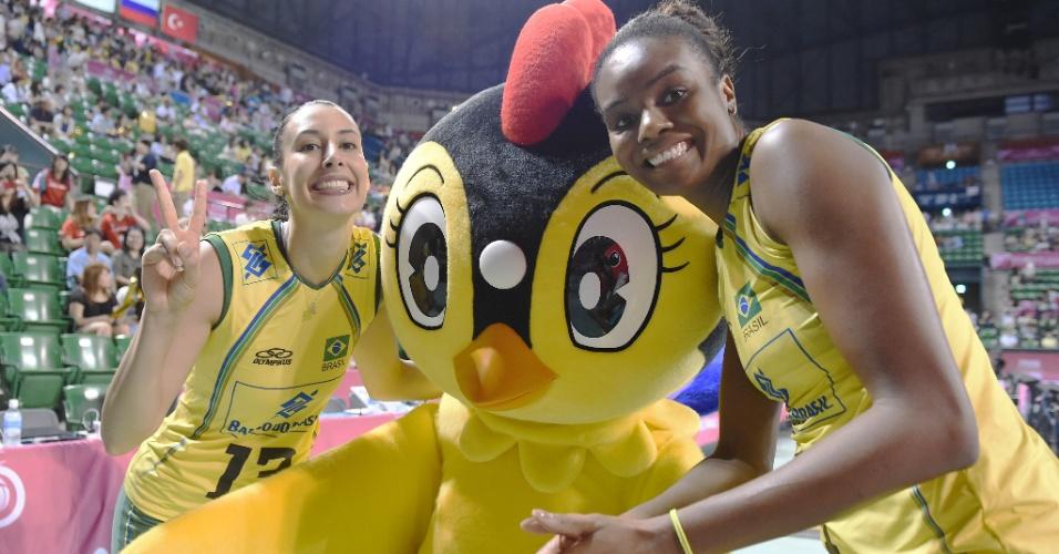 Sheilla e Fabiana comemoram com mascote a vitória arrasadora contra a Bélgica