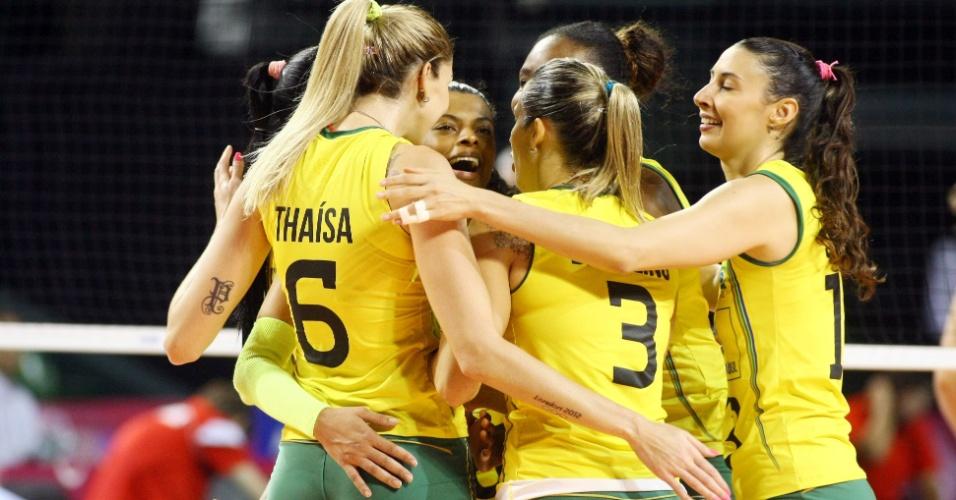 Thaísa, Sheilla e suas companheiras comemoram ponto na vitória sobre a Bélgica nesta sexta-feira, por 3 a 0