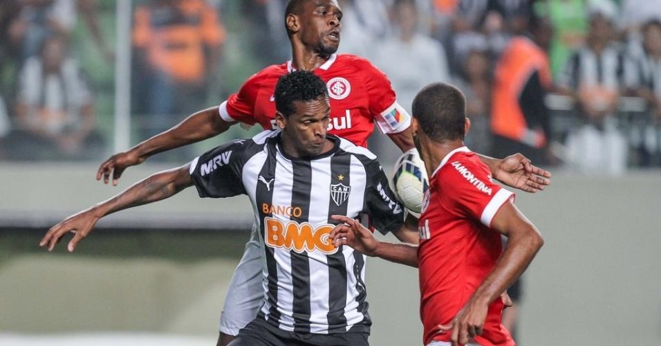 23 ago 2014 - Jô (f) entrou no final do segundo tempo e não conseguiu fazer gol, assim como André, que o substituiu no início