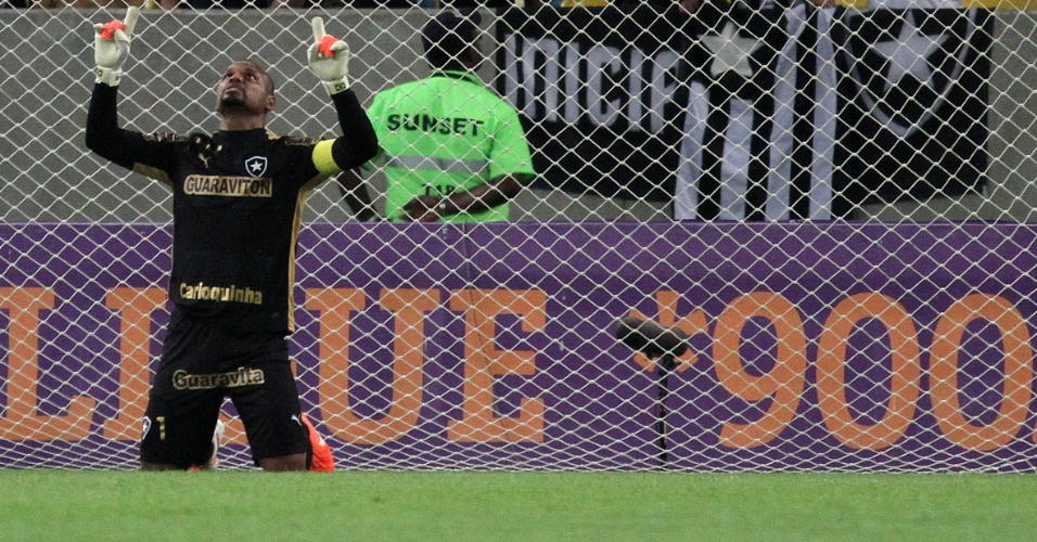 23.08.2014 - Goleiro Jefferson agradece aos céus pelo gol do Botafogo