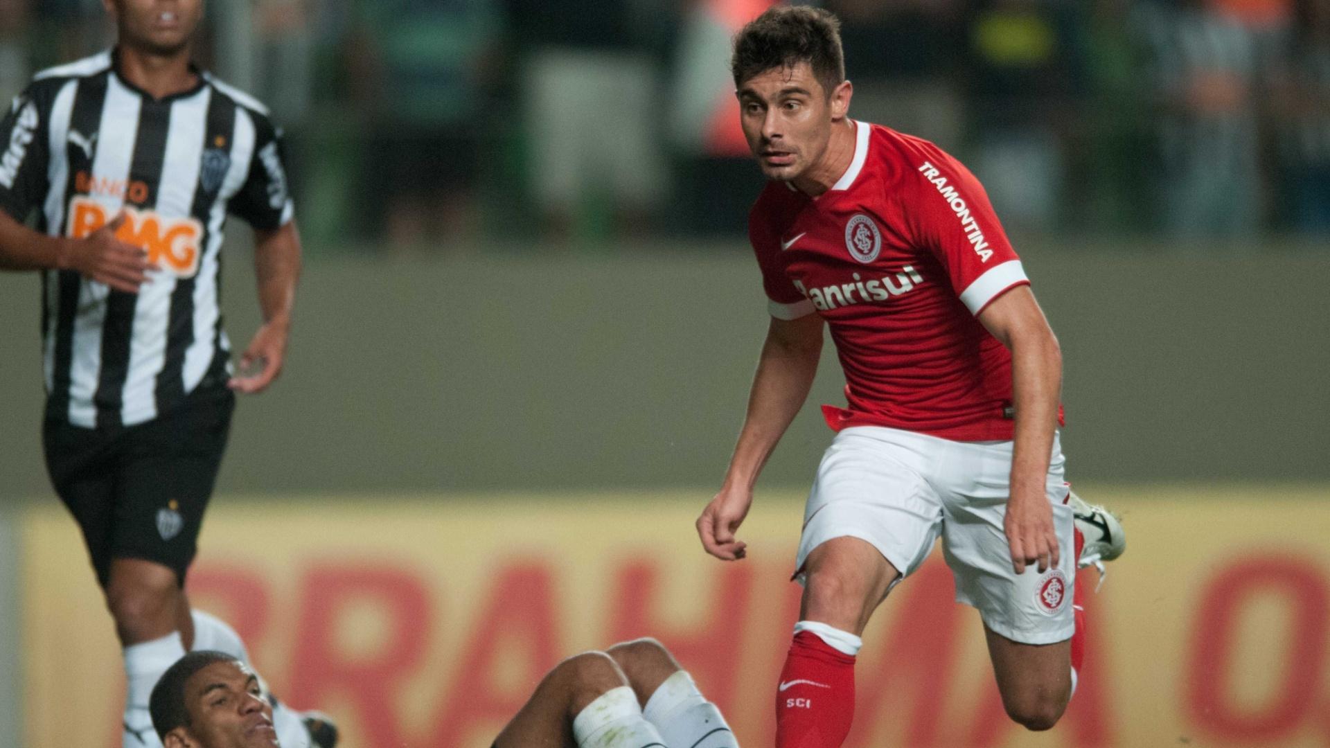 23.ago.2014 - Alex tenta passar pela marcação durante jogo Atlético-MG x Inter, no Independência