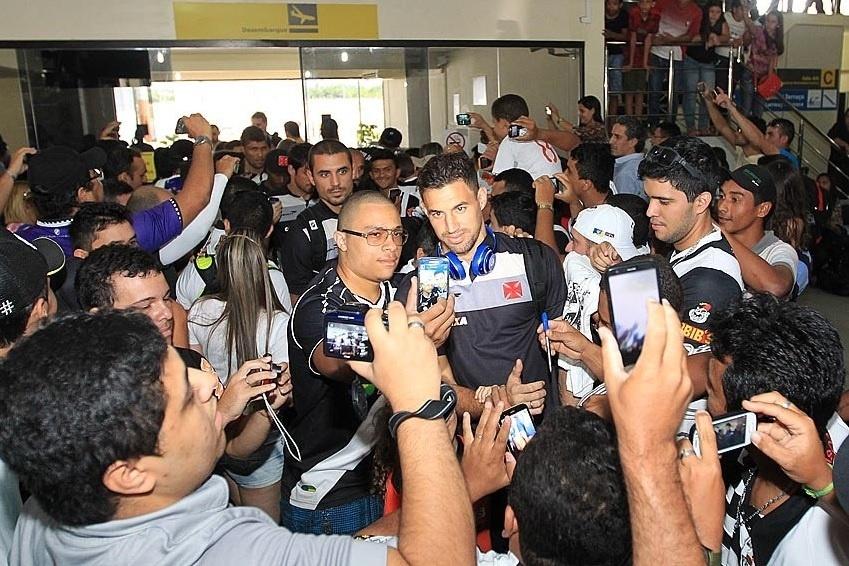Goleiro Martin Silva é assediado pela torcida do Vasco em aeroporto antes de mais um jogo pelo Brasileiro da série B