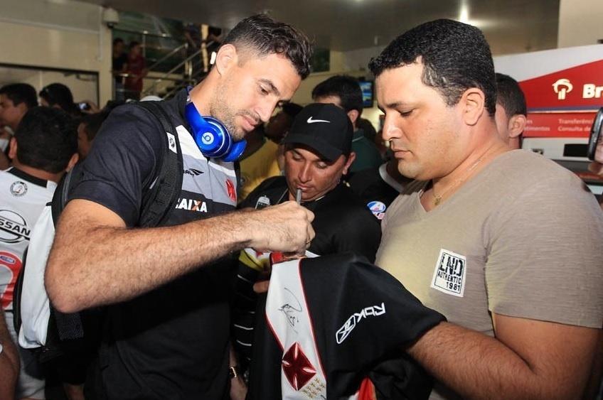 Martin Silva concede autógrafo na chegada do Vasco a Juazeiro do Norte-PE