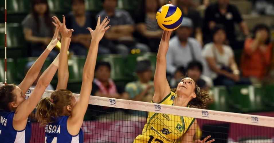 Sheilla tenta o ataque, marcado pelo bloqueio duplo da Rússia. Brasileira foi um dos destaques do jogo
