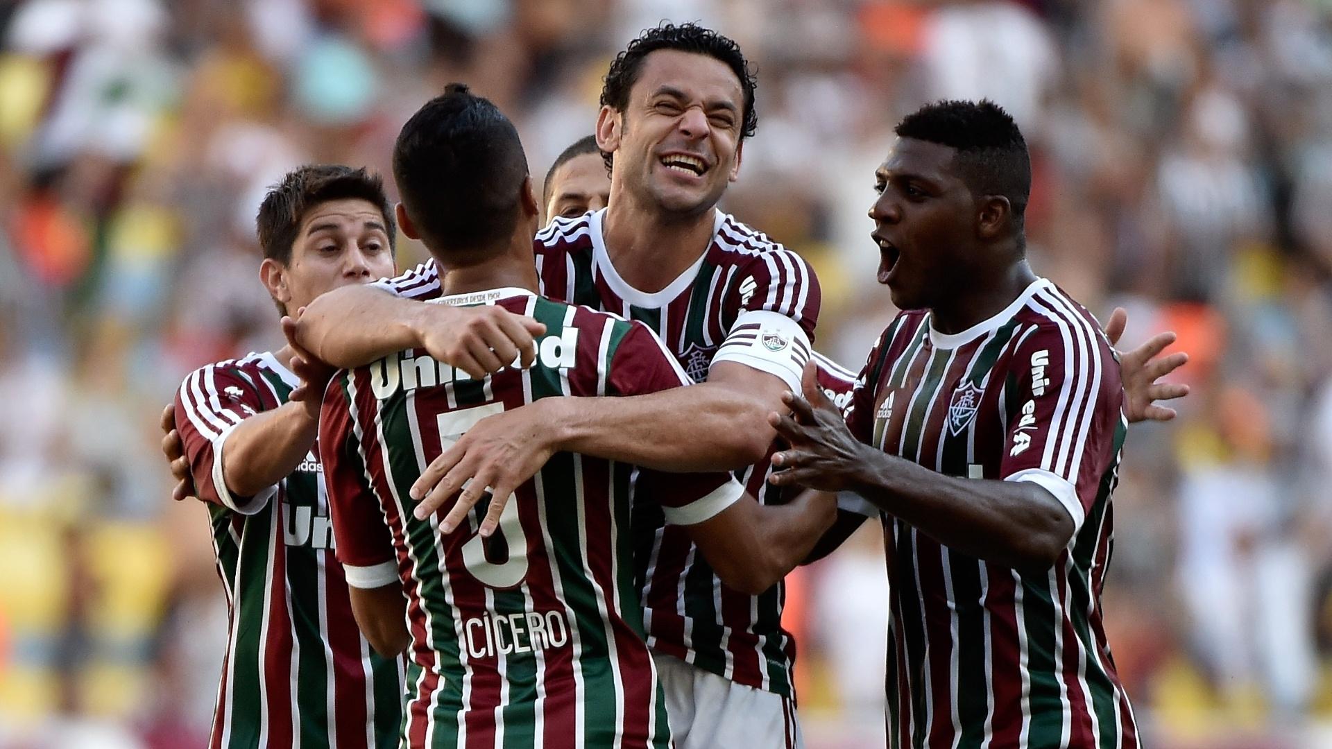 Após marcar, Fred é abraçado pelos jogadores do Fluminense