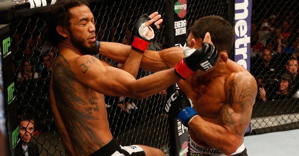 Rafael dos Anjos surpreendeu o ex-campeão dos leves do UFC Benson Henderson com um grande nocaute no primeiro round