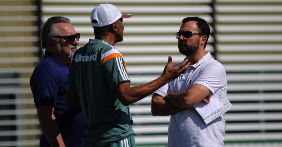 25 ago. 2014 - Técnico do Fluminense Cristóvão Borges conversa com Paulo Angioni, diretor executivo, e Mario Bittencourt, vice-presidente de futebol