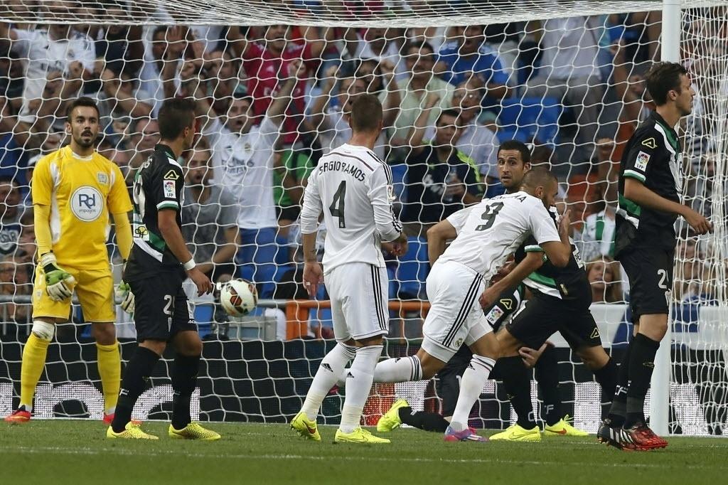 Benzema comemora gol do Real Madrid contra o Córdoba pelo Campeonato Espanhol