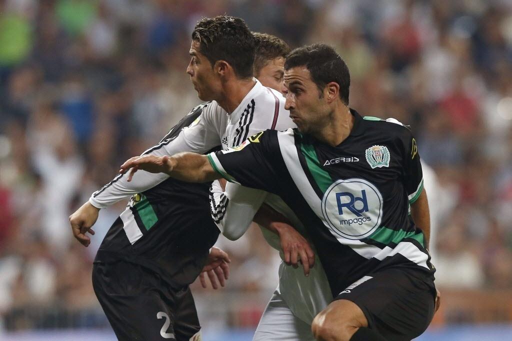 Cristiano Ronaldo encara dois marcadores do Córdoba em partida do Real Madrid pelo Espanhol