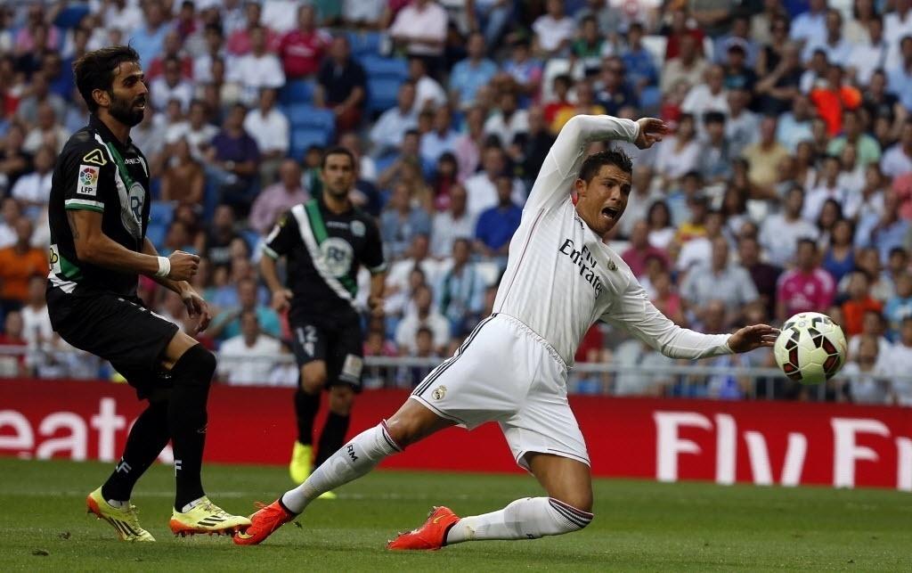 Cristiano Ronaldo pede pênalti na partida entre Real Madrid e Córdoba