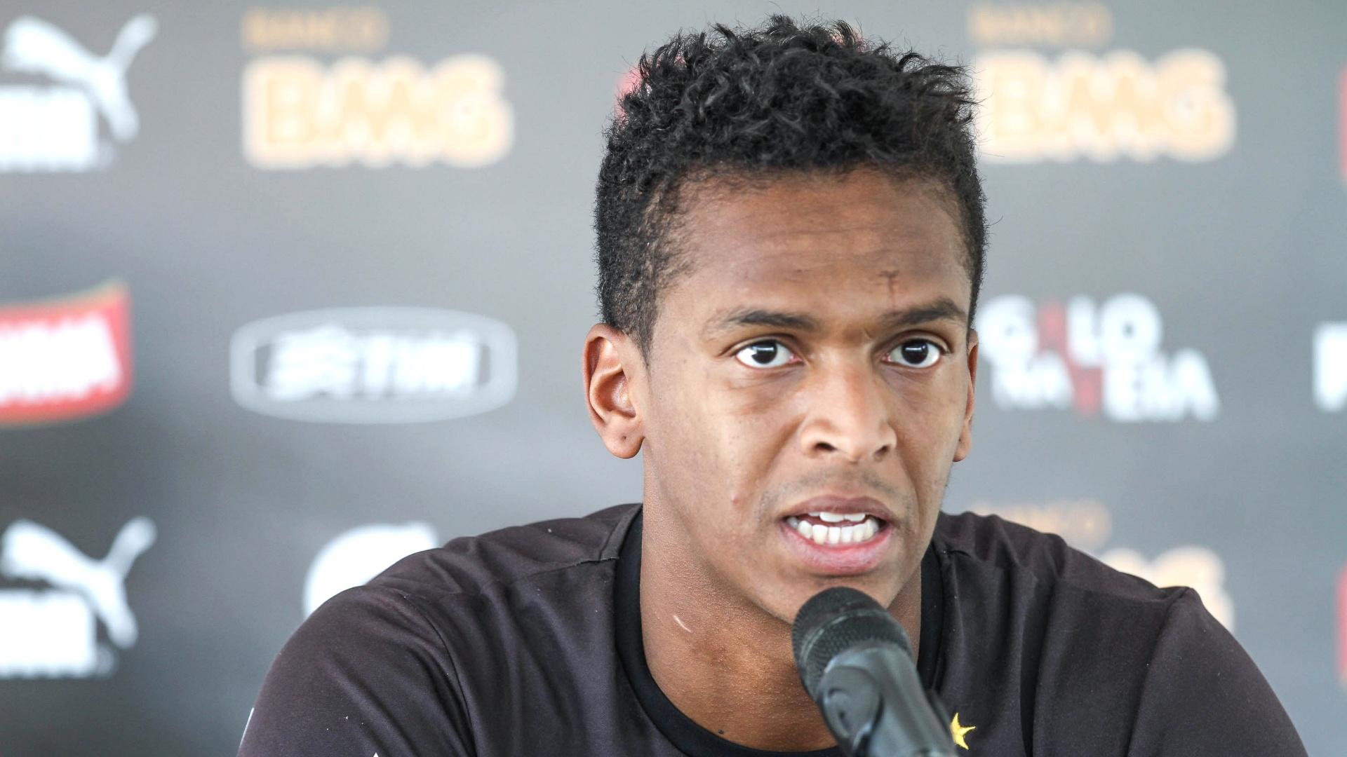 26 Ago. 2014 - Atacante Jô concede entrevista depois do treino do Atlético-MG na Cidade do Galo