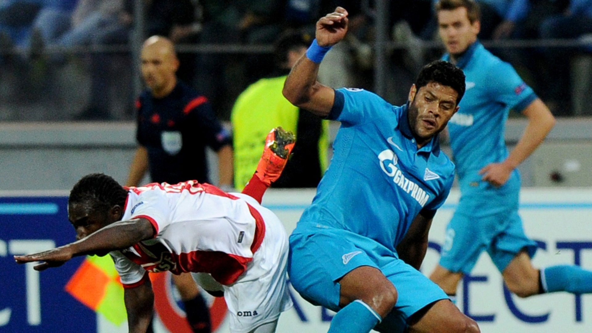 26.08.2014 - Hulk disputa bola com Jeff Louis na vitória do Zenit