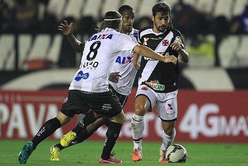Douglas tenta criar jogada pelo Vasco contra o ABC pela Copa do Brasil