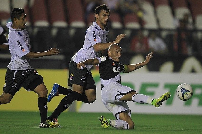 Guiñazu desarma jogador do ABC em partida do Vasco pela Copa do Brasil