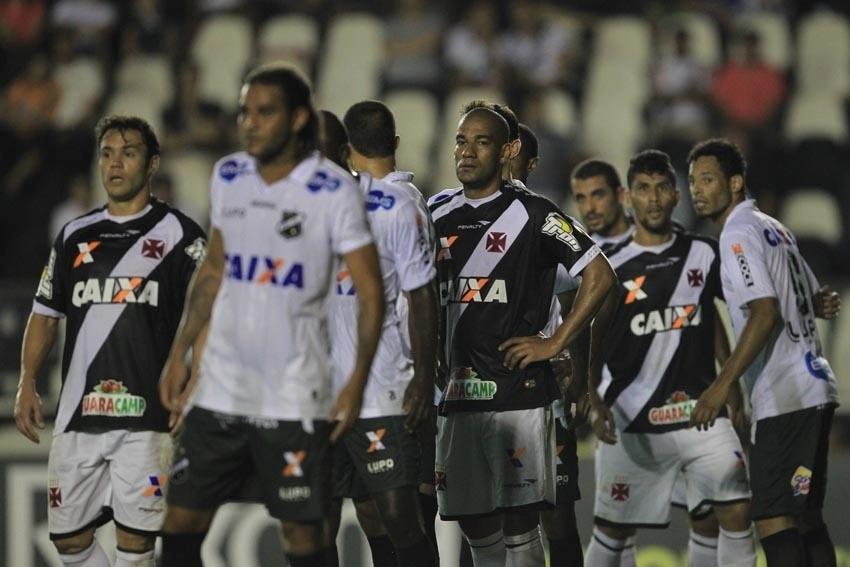 Jogadores de ABC e Vasco aguardam cruzamento na área em partida da Copa do Brasil
