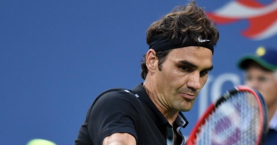 Roger Federer bate de backhand durante o duelo com Marinko Matosevic