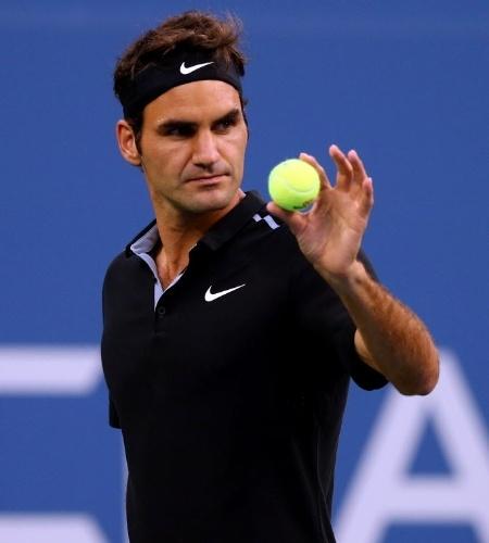 Roger Federer mostra a bolinha para Marinko Matosevic antes de dar o primeiro saque da partida nos EUA
