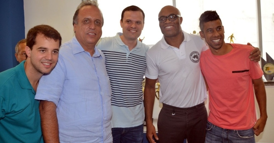 Ao lado de Anderson Silva, Léo Moura (d) faz campanha para o candidato a governo do Rio Luiz Fernando Pezão (segundo, da esq. para dir.) e Marco Antônio Cabral (primeiro à esquerda)