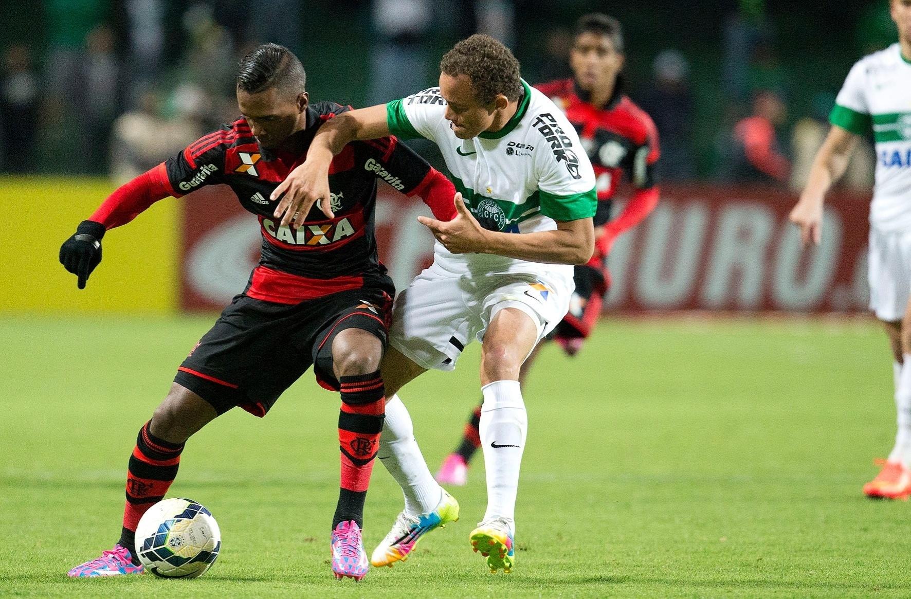 Carlinhos tenta roubar a bola do Flamengo em jogo do Coritiba pela Copa do Brasil