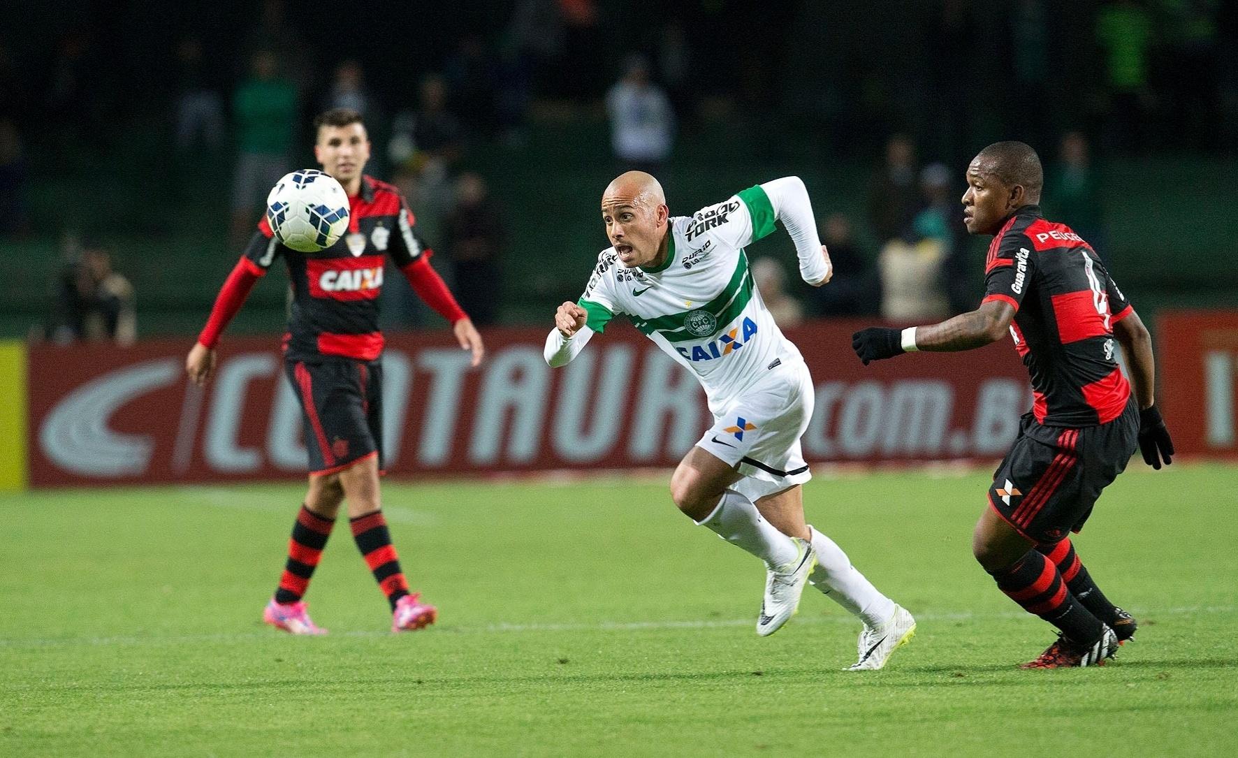 Martinuccio tenta criar jogada pelo Coritiba na partida contra o Flamengo pela Copa do Brasil