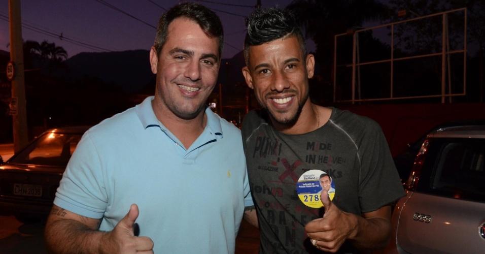 Léo Moura tira foto com o candidato a deputado estadual Marcelo Siciliano