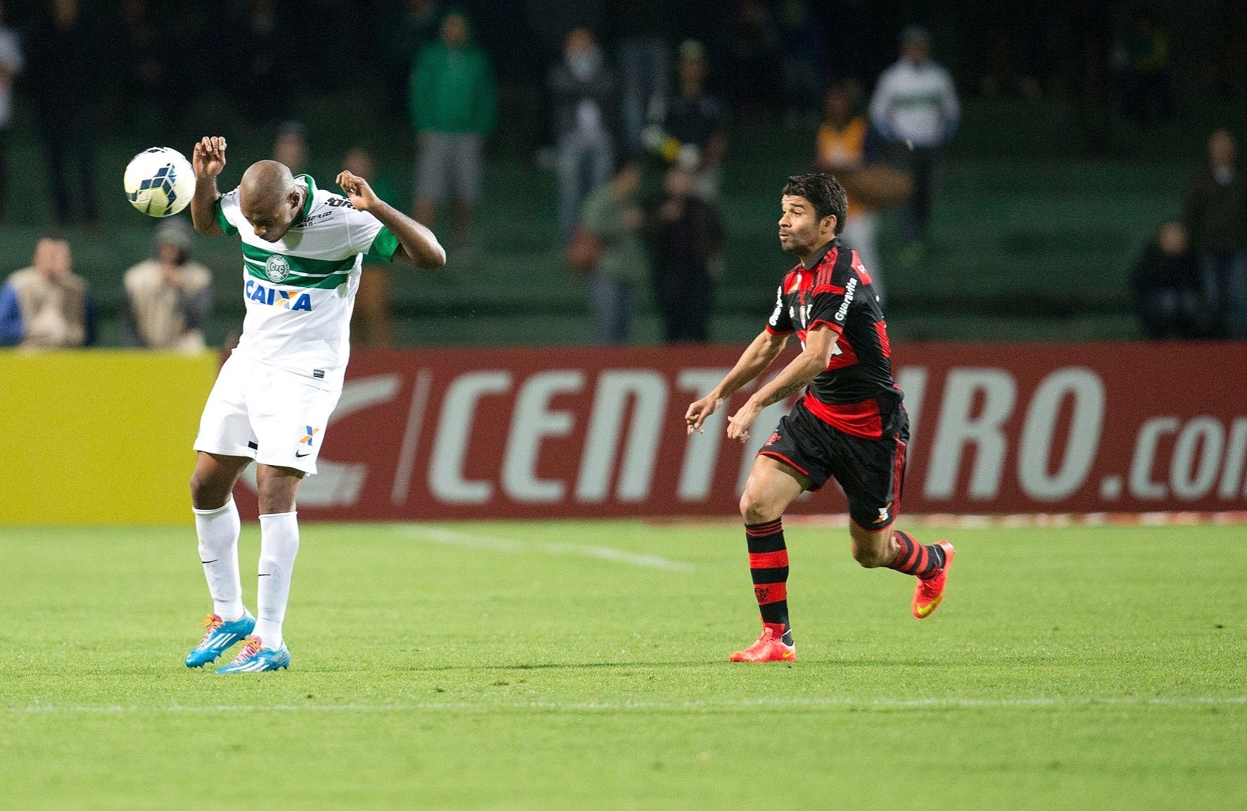 Luccas Claro afasta o perigo e evita a chegada de Eduardo em jogo entre Flamengo e Coritiba