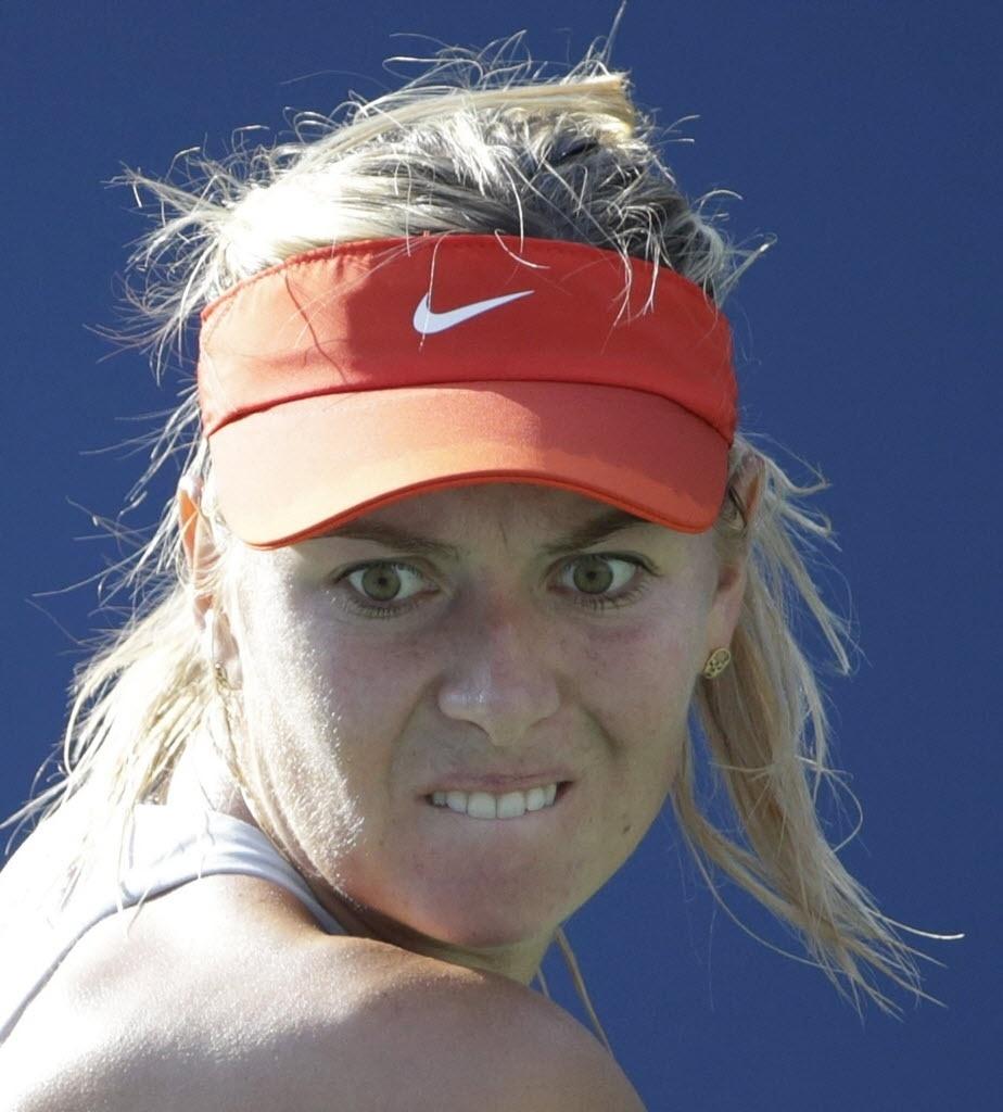MAria Sharapova faz careta para bater na bola durante o duelo com Alexandra Dulgheru