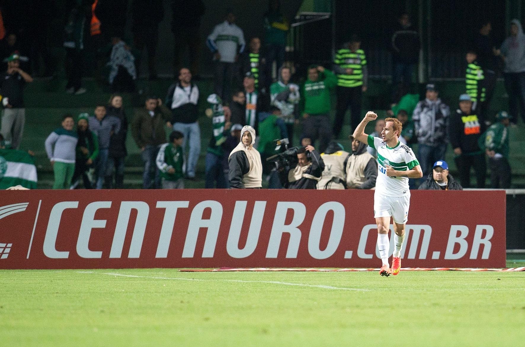 Zé Love comemora gol do Coritiba contra o Flamengo pela Copa do Brasil