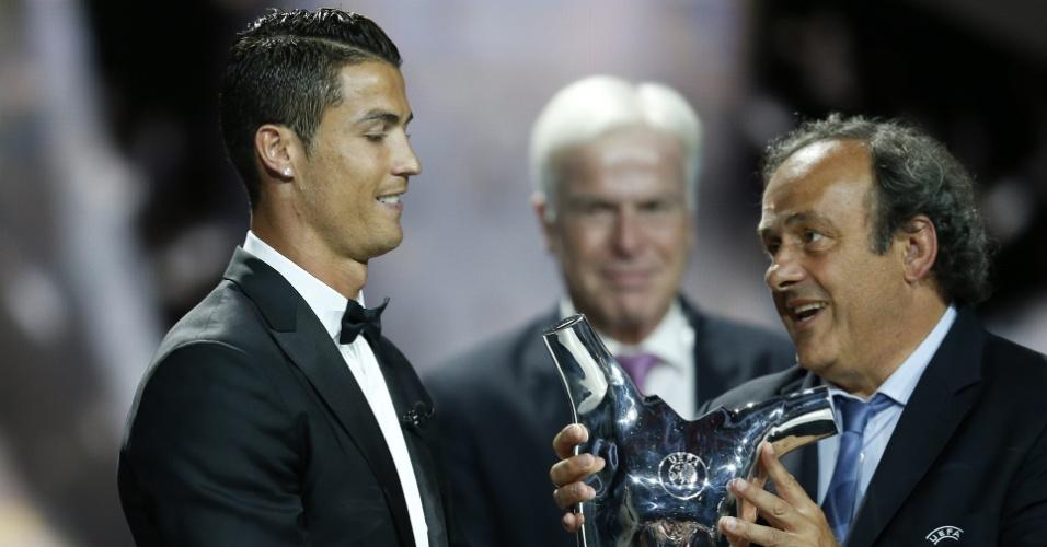 28. ago. 2014 - Cristiano Ronaldo recebe troféu de melhor jogador da Europa da temporada 2013-2014. Platini entrega o prêmio ao português
