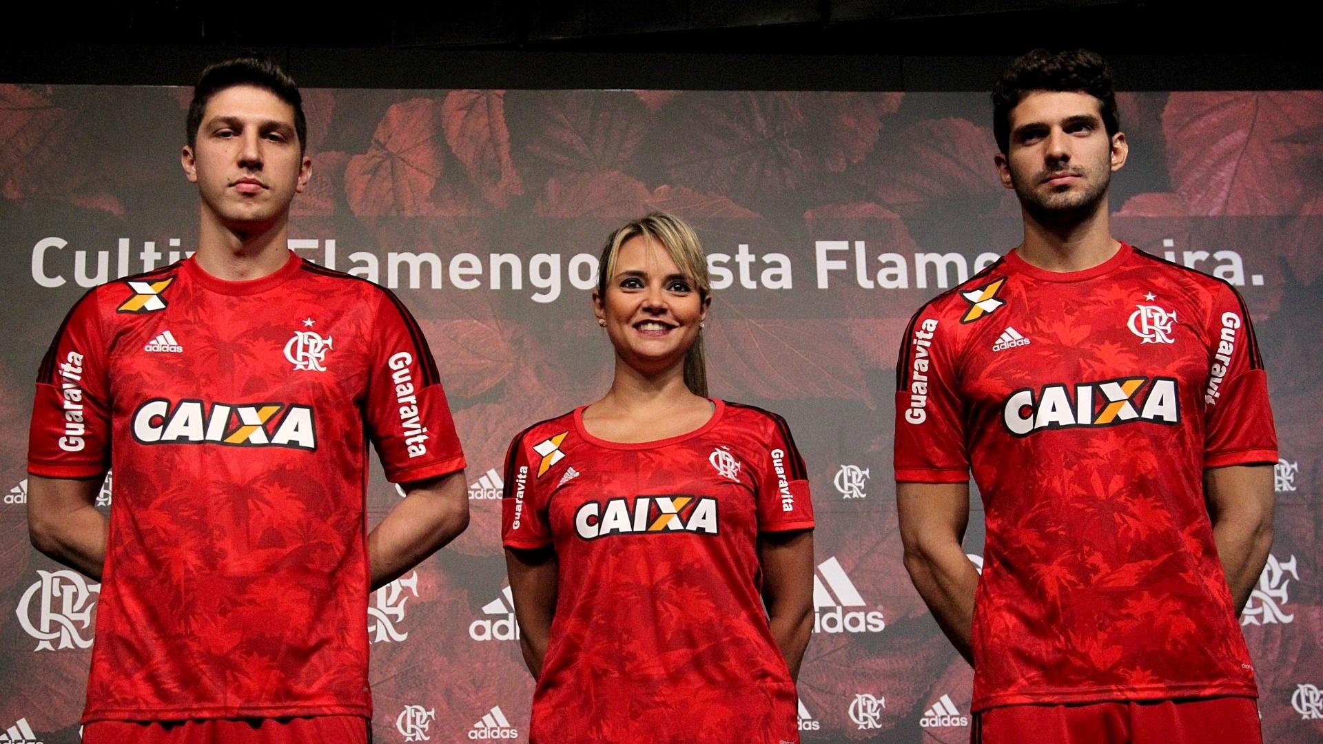 28.ago.2014 - Modelos apresentam o novo terceiro uniforme do Flamengo. O modelo homenageia a flora brasileira.