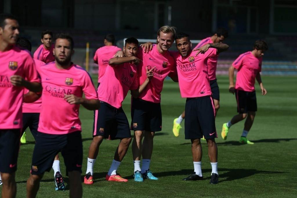 28.ago.2014 - Neymar faz graça com Rakitik e Daniel Alves em sua volta ao treinos no Barcelona após se recuperar de contusão