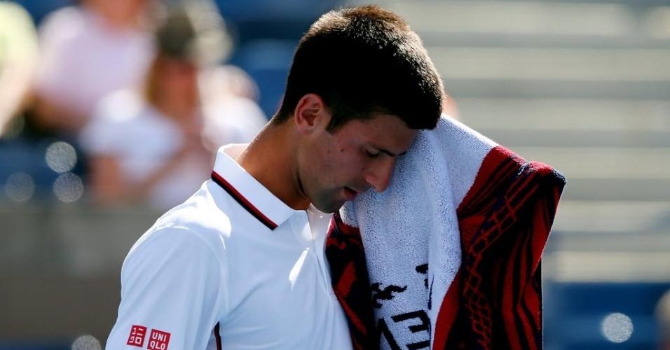Djokovic se seca com toalha durante o duelo com Mathieu em Nova York