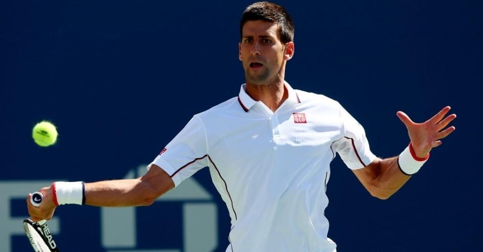 Novak Djokovic bate de forehand durante a partida contra Paul-Henri Mathieu nos EUA