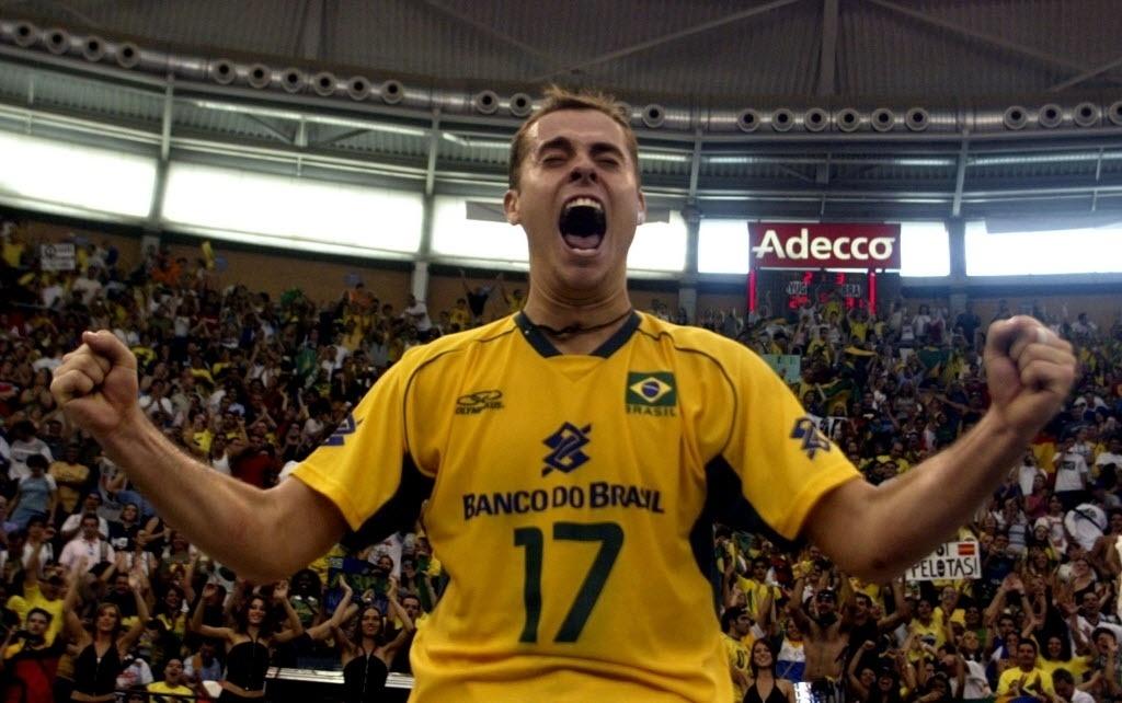 O levantador festeja o título da Liga Mundial de vôlei em 2003 depois da seleção bater a Sérvia por 3 a 2 na final