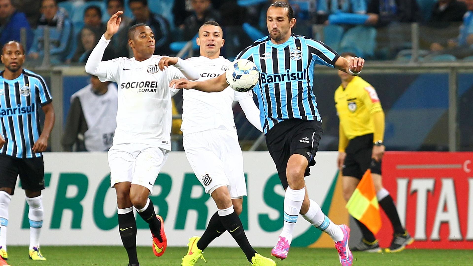 Robinho e Barcos disputam bola em duelo pela Copa do Brasil