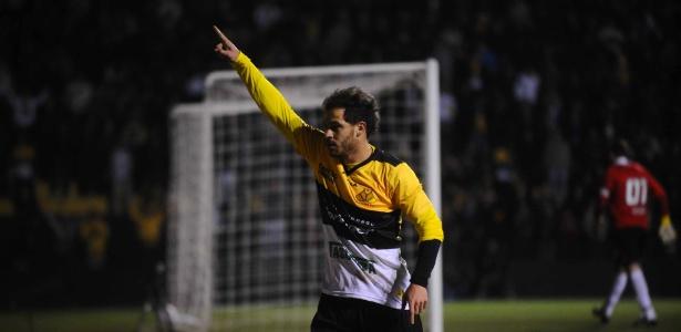 Silvinho, ex-São Paulo, comemora gol que abriu o placar para o Criciúma