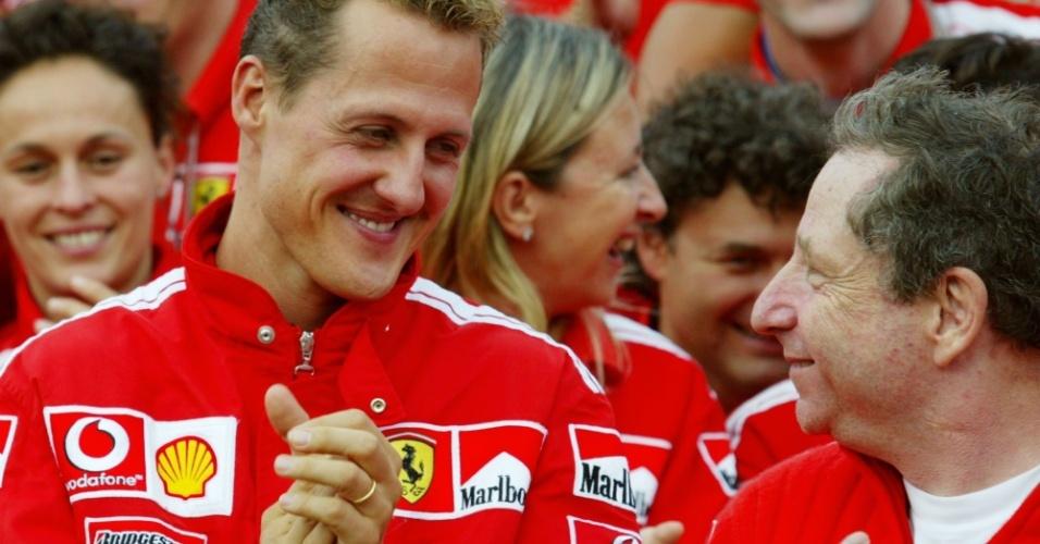 Michael Schumacher e Jean Todt, chefe da Ferrari em 2004, em comemoração do título na Bélgica