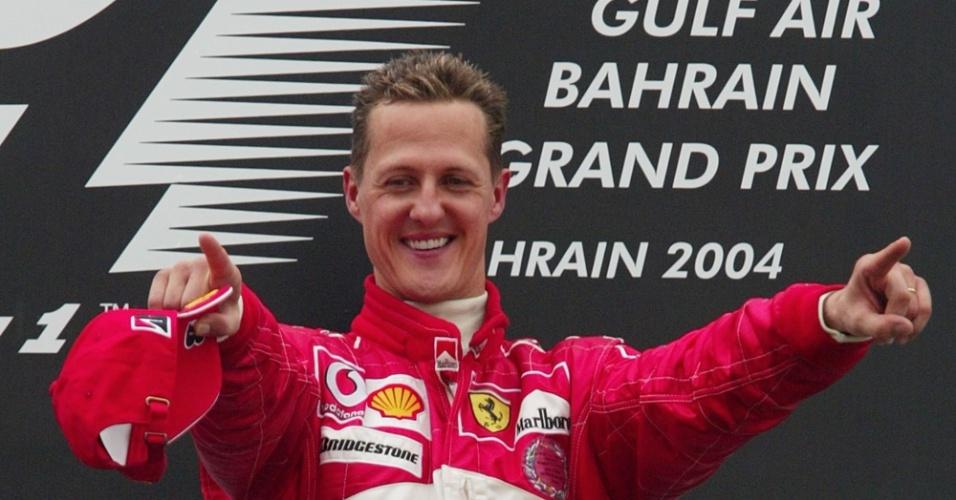 Schumacher aponta para sua equipe no pódio do GP do Bahrein de 2004
