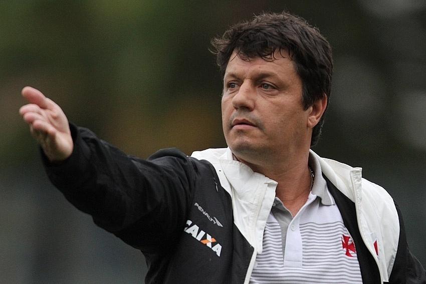 Adilson Batista ficou ameaçado no cargo após goleada sofrida contra o Avaí