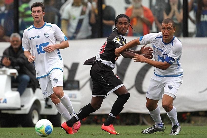Avaí, de Eduardo Costa (à direita), conseguiu grande resultado em São Januário, se aproximando do G-4