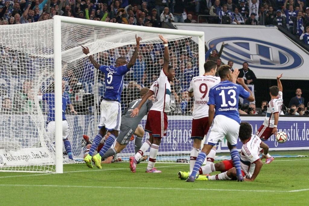 Jogadores do Bayern reclamam do gol do Schalke porque a bola bateu no braço do atacante, mas juiz validou o lance