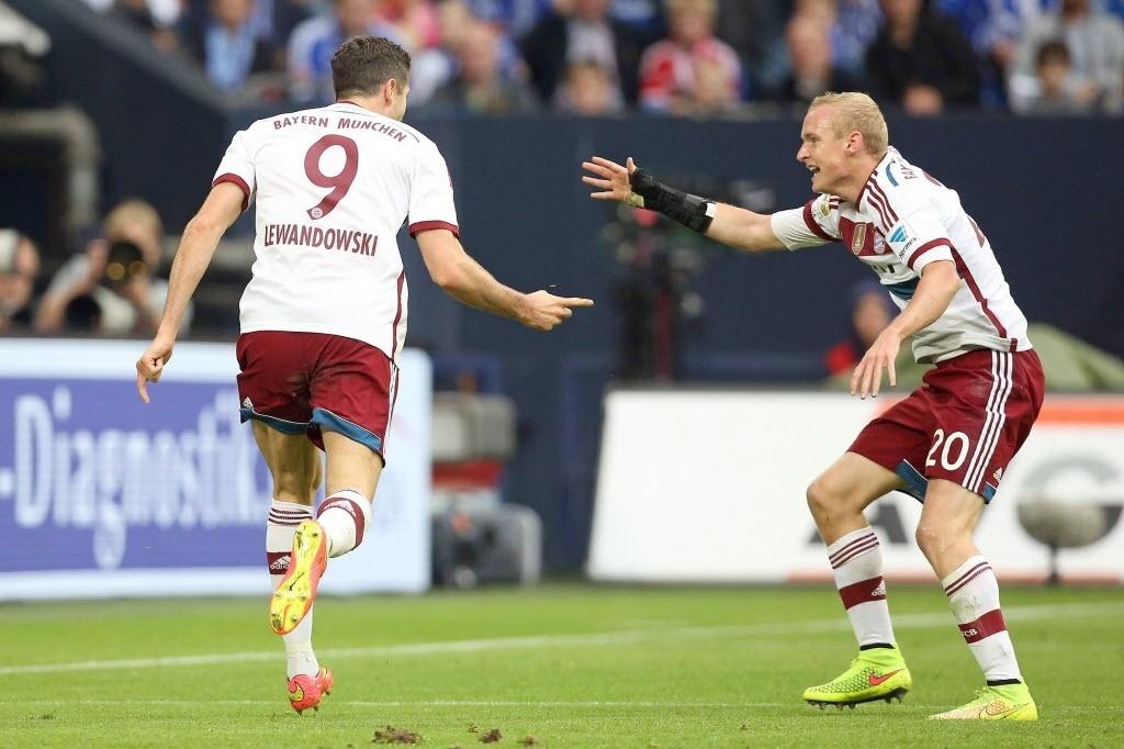 Robert Lewandowski comemora o primeiro gol da partida bayern de Munique e Schalke 04