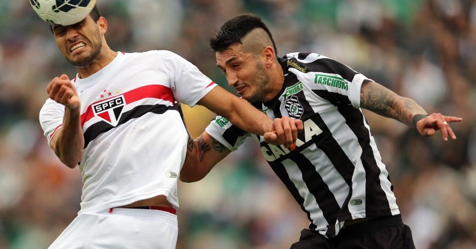 Alan Kardec disputa jogada no alto com Marquinhos: partida equilibrada em Florianópolis