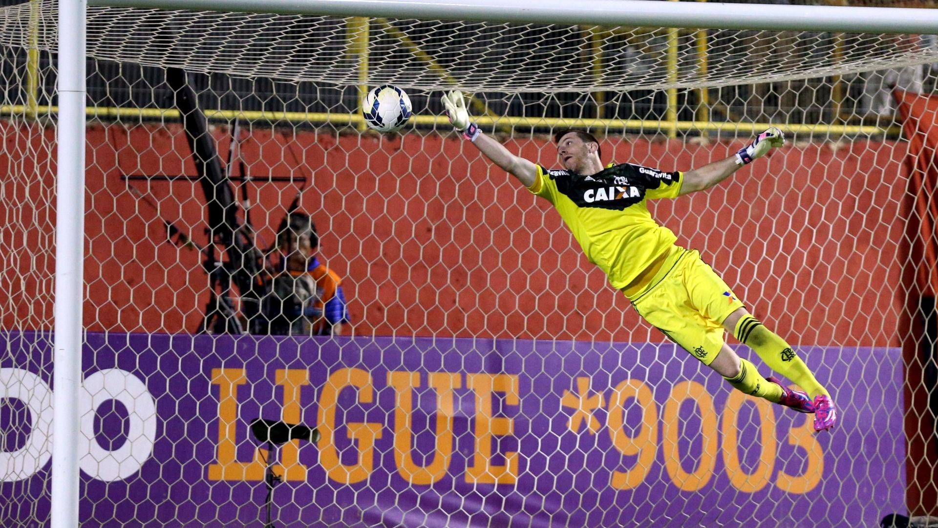 Goleiro Paulo Victor voa para defender finalização durante jogo entre Flamengo e Vitória, no Barradão