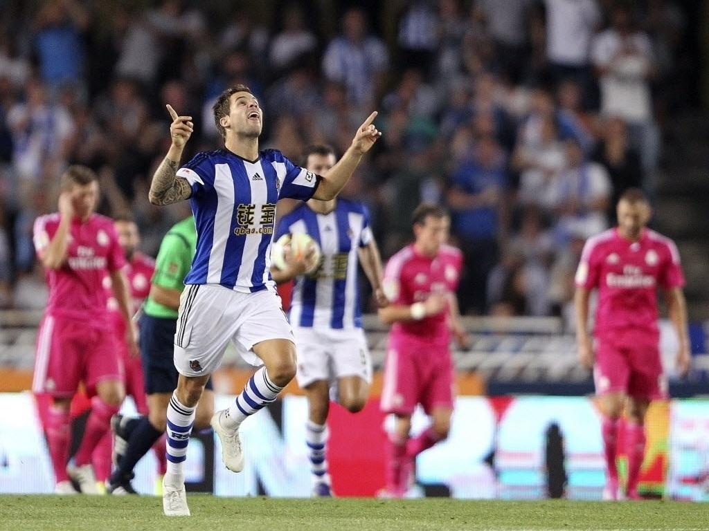 Iñigo Martínez comemora o primeiro gol da Real Sociedad na goleada sobre o Real Madrid por 4 a 2