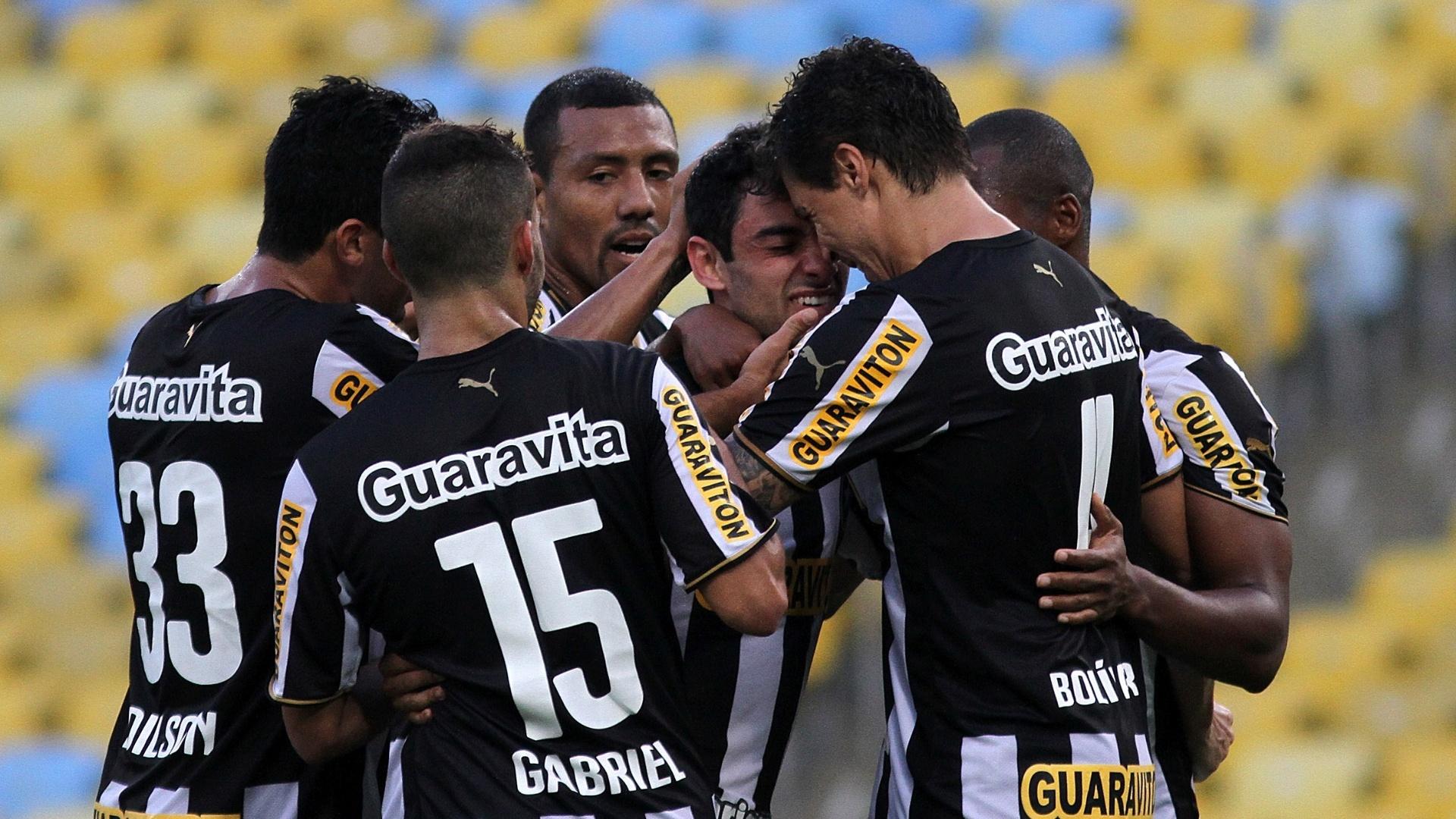 Jogadores do Botafogo abraçam Daniel, autor do gol do Botafogo em partida contra o Santos