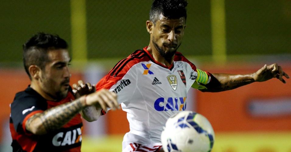Léo Moura disputa bola com Escudero durante duelo entre Flamengo e Vitória