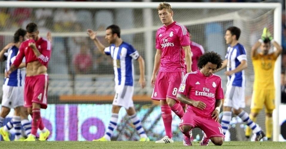 O brasileiro Marcelo caiu de joelhos quando o juiz apita o final do jogo em que o Real Madrid foi goleado por 4 a 2