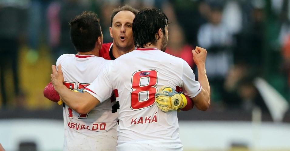 Rogério Ceni abraça Kaká após marcar para o São Paulo sobre o Figueirense